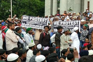 پیغمبر اسلام کی شان میں گستاخی اورروہنگیا مسلمانوں کے مسئلہ کے سلسلہ میں بنگلورو میں گزشتہ روز زبردست احتجاج کیا گیا۔ شہر کے ٹاؤن ہال کے روبرو مرکز اہل سنت جامعہ حضرت بلال کی سرپرستی میں مختلف سنی تنظیموں نے پُرامن احتجاج کیا۔ احتجاجیوں نے کہاکہ وزیراعظم مودی نے حال ہی میں میانمار کادورہ کیا لیکن روہنگیا کے باشندوں کے مسئلہ پرخاموشی اختیار کر رکھی ہے ۔