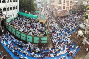 سورت میں نماز عید الاضحی کا ایک منظر