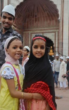 ملک بھر میں مجموعی طور پر جہاں پرامن ماحول میں عید منائی گئی وہیں جموں کشمیر میں نماز عید کے بعد پرتشدد مظاہرے کی خبریں ملی ہیں ۔ اور کہیں سے کسی ناخوشگوار واقعے کی کوئی اطلاع اب تک نہیں ملی۔