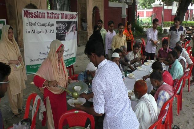 جس میں ان کی مدد مسلم یونیورسٹی کے طلبہ وطالبات کرررہے ہیں ۔ مہم کے تحت مسلم یونیورسٹی سرکل پر بڑی تعداد میں غریب و نادار لوگوں کو کھانا کھلایا گیا ۔