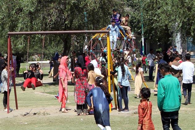 ایسے ہی مناظر حضوری باغ میں واقع ڈاکٹر سر محمد اقبال (رح) پارک اور نزدیکی چلڈرن پارک میں بھی دیکھے گئے جہاں بچوں کو جھولے پر سواری کا مزہ لیتے ہوئے دیکھا گیا۔