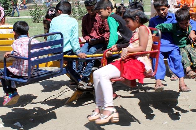 شہر کے قلب میں واقع پرتاب پارک میں آج بھی بچوں کی ایک اچھی خاصی تعداد کو کھیلتے ہوئے دیکھا گیا۔