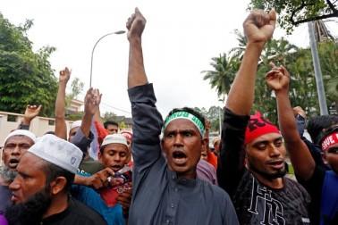 ملیشیا کے کولالمپور میں لوگ روہنگیا مسلمانوں کے قتل عام کے خلاف احتجاج کرتے ہوئے ۔