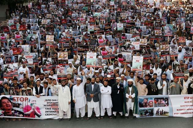 افغانستان کے کابل میں لوگ روہنگیا مسلمانوں کے قتل عام کے خلاف احتجاج کرتے ہوئے ۔