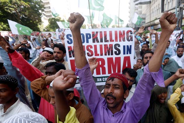 پاکستان کے کراچی میں لوگ روہنگیا مسلمانوں کے قتل عام کو بند کرنے کا مطالبہ کرتے ہوئے ۔
