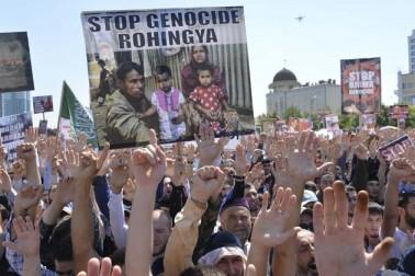 چیچینیا کی راجدھانی میں لوگ روہنگیا مسلمانوں کے قتل عام کے خلاف احتجاج کرتے ہوئے ۔
