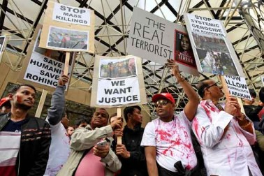 آسٹریلیا کے ملبورن میں لوگ روہنگیا مسلمانوں کے قتل عام کے خلاف احتجاج کرتے ہوئے ۔