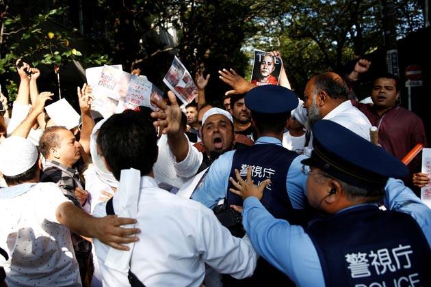 جاپان کے ٹوکیومیں لوگ روہنگیا مسلمانوں کے قتل عام کے خلاف احتجاج کرتے ہوئے ۔