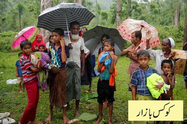 مہاجرین کی کچھ تعداد اب تک بنگلہ دیش کے کوکس بازار ضلع میں قائم عارضی کیمپوں میں جگہ ملنے سے محروم ہے۔ اس تصویر میں چند مہاجرین کوکس بازار کے قریب ٹیکناف ہائی وے پر کھڑے جگہ ملنے کے منتظر ہیں۔