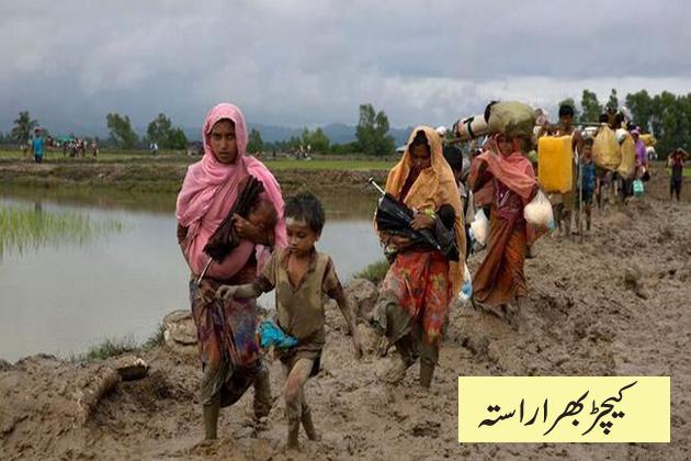 اس تصویر میں عورتوں اور بچوں کو کیچڑ سے بھرے پیروں کے ساتھ کچے راستے پر چلتے دیکھا جا سکتا ہے۔