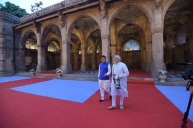 جاپان کے وزیر اعظم شینزو آبے گجرات کے دورے پر آج ٹوکیو سے براہ راست احمد آباد پہنچے ، جہاں انہوں نے اپنے دورووہ سرکاری دورے کا آغاز وزیر اعظم نریندر مودی کے ساتھ آٹھ کلومیٹر طویل روڈ شو کے ذریعہ کیا، جس میں ان کی اہلیہ آکی آبی بھی ان کے ہمراہ تھیں۔علاوہ ازیں انہوں نے تاریخی مسجد سیدی سید نیجالی کا بھی مشاہدہ کیا ۔