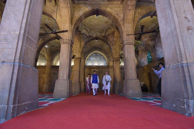 روڈ شو موقع پر دونوں نے ہندوستانی پوشاک زیب تن کررکھا تھا۔ اس سے پہلے وزیر اعظم نریندر مودی نے ہوائی اڈے پر پروٹوکول توڑ کر ان کا گرمجوشی سے استقبال کیا۔ اس دوران، ملک کی 28 ریاستوں کے فنکاروں نے ان کے استقبال میں پروگرام پیش کیا۔