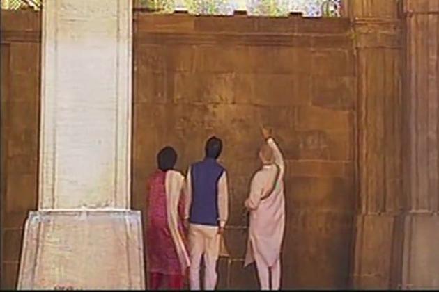 آشرم میں مہاتما گاندھی کے مجسمے کو گلہائے عقیدت پیش کئے اور گاندھی کے چرخے کے ساتھ تصویریں کھنچوائيں اور مہمان لیڈر اور ان کی اہلیہ نے آشرم کی وزیٹر رجسٹری میں دستخط کئے۔
