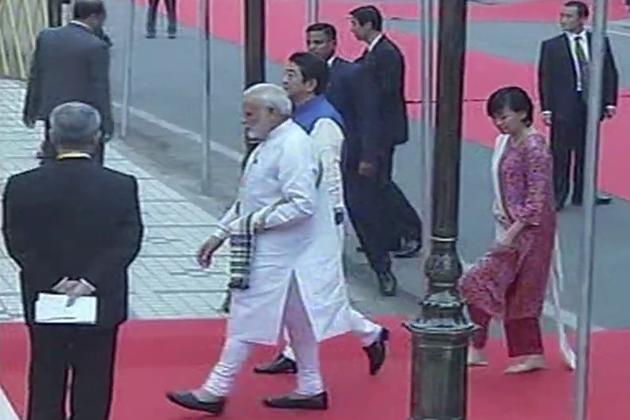 چین کے ساتھ ڈوکلام تنازعہ میں جاپان کی طرف سے ہندوستان کے مضبوط تعاون کے پس منظر میں ان کے اس دورے کو انتہائی دوستانہ خیال کیا جارہا ہے۔ مسٹر آبے کو ہوائي اڈے پر ہی ان کے شایان شان گارڈ آف آنر دیا گیا اور فوج کی تینوں اکائیوں کے دستوں نے بینڈ باجے کے ساتھ ان کا استقبال کیا۔