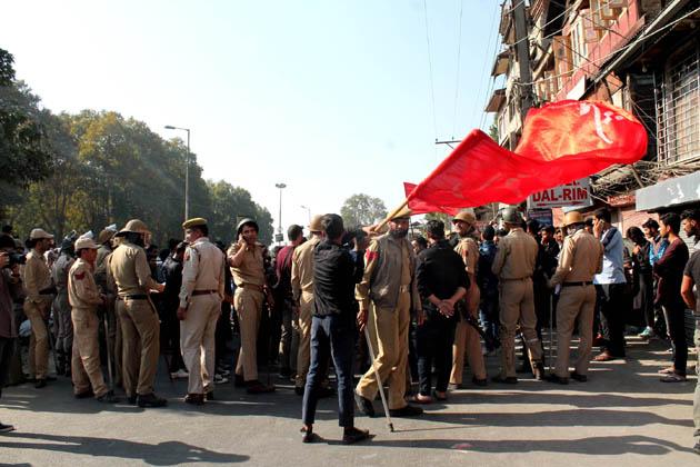 لال چوک کی طرف جانے والے کچھ اہم راستوں کو خاردار تار سے سیل کردیا گیا تھا جبکہ ریاستی پولیس اور نیم فوجی دستوں کی بھاری نفری لال چوک اور اس کے ملحقہ علاقوں میں تعینات کردی گئی تھی۔