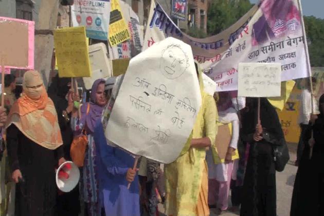 دہلی کے اوکھلا اسمبلی کے مسلم اکثریتی علاقے جامعہ نگر کی طلاق شدہ خواتین نے آج تین طلاق پر سپریم کورٹ کے فیصلے کا استقبال کرتے ہوئے  مسلم پرسنل لاء بورڈ کے خلاف زبردست  احتجاج کیا اور بورڈ کا علامتی پتلا جلاتے ہوئے اسے بند کر کرنے کا مطالبہ کیا۔