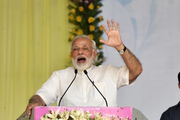 وزیر اعظم نریندر مودی نے ملک کی تمام یونیورسٹیوں کو عالمی معیار کا بننے کے لئے باہمی مسابقت کرتے ہوئے مرکزی حکومت کی اس اسکیم کا فائدہ اٹھانے کے لئے اپیل کی جس کے تحت اس کے لئے اگلے پانچ سال میں بیس منتخب یونیورسٹیوں کو دس ہزا ر کروڑ روپے دئے جائیں گے۔
