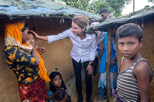 ملکہ رانیا نے کیمپوں میں جا کر وہاں مقیم بچوں، بڑوں، مردوں اور خواتین سے ملاقات کی اور ان کے احوال دریافت کئے۔