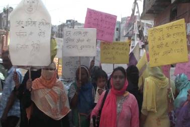 خواتین نے اپنے ہاتھوں میں بینر اٹھا رکھے تھے جس میں آل انڈیا مسلم پرسنل لا بورڈ کو حلالہ پریمی بتایا گیا تھا۔