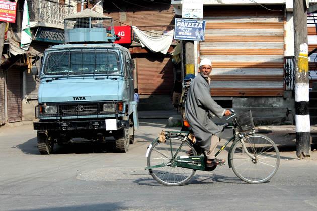 اس روڈ کے دونوں اطراف رہائش پذیر لوگوں نے بتایا کہ فجر نماز کی ادائیگی کے فوراً بعد اس روڑ پر سینکڑوں کی تعداد میں سیکورٹی فورسز اور ریاستی پولیس کے اہلکار تعینات کئے گئے جنہوں نے لوگوں کی آمدورفت محدود کردی۔ سیکورٹی فورسز نے نواب بازار، زالڈگر، راجوری کدل اور نوہٹہ میں بھی تمام اہم سڑکوں کو سیل کردیا تھا۔
