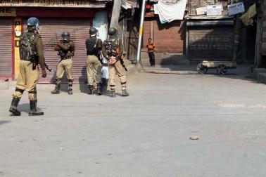 وادی کشمیر میں خواتین کی جبری بال تراشی کے خلاف علیحدگی پسندوں کے ذریعہ کی گئی ہڑتال کے بعد کسی بھی قسم کے ممکنہ تشدد کو روکنے کے لئے سیکورٹی فورسیز نے ہفتہ کے روز سری نگر میں کرفیو جیسی پابندیاں عائد کر رکھی ہیں۔