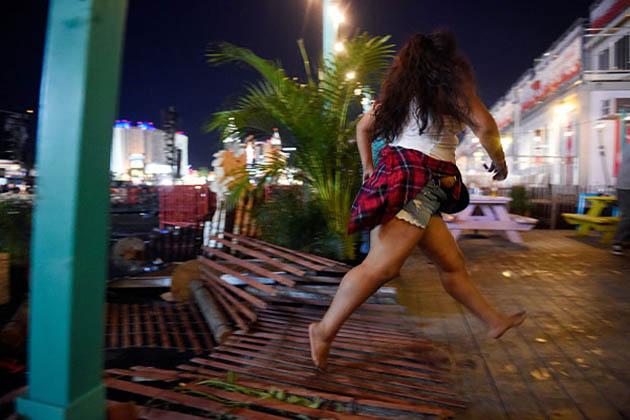 امریکہ کے لاس ویگاس میں فائرنگ کا واقعہ پیش آیا ہے ، جس میں20 افراد کی موت ہوگئی ہے او ر 100سے زیادہ افراد زخمی ہوئے ہیں۔ ایک مشتبہ حملہ آور بھی مارا گیا ہے۔ شدید گولہ باری کے بعد زخمی افراد کو اسپتال میں بھرتی کرادیاگیا ہے۔