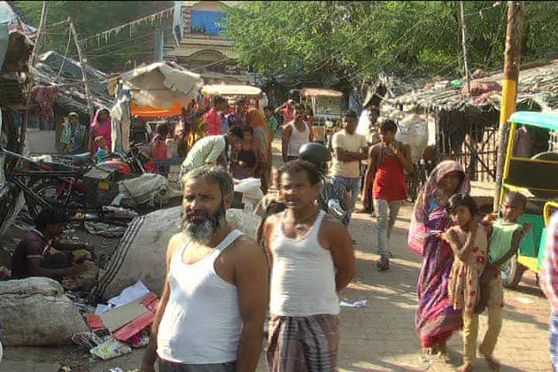 اترپردیش میں مسلم اکثریتی علاقوں میں واقع  سلم ایریا  میں رہنے والے بہاری اور بنگالی مسلمانوں کو شر پسندوں کی طرف سے نشانہ بنایا جا رہا ہے ۔ سلم ایریا میں رہنے والے بہاریوں کو غیر ملکی قرار دینے کی مہم چلائی جا رہی ہے جبکہ سلم ایریا میں رہنے والے بہاری اور بنگالی مسلمانوں کے پاس آدھار کارڈ، راشن کارڈ اور ووٹر آئی ڈی جیسے قانونی دستا ویزات موجود ہیں ۔