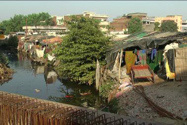 الہ آباد کے مسلم اکثریتی علاقوں میں واقع سلم بستیوں میں بہار، جھار کھنڈ اور بنگال سے تعلق رکھنے والے غریب افراد بڑی تعداد میں رہتے ہیں ۔ شہر کے بعض سلم علاقوں میں تو لوگ تیس تیس سال سے آباد ہیں ۔