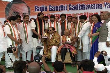 راجیو گاندھی کی سدبھاونا یاترا کے موقع پر حیدرآباد میں آج چارمینار کے دامن میں ایک اجلاس منعقد کیا گیا ۔