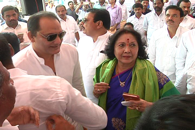 سینئر لیڈر محمد علی شبیر نےا نہیں حیدرآباد لوک سبھا سے لوک سبھا کے لئے انتخاب میں حصہ لینے کی پیشکش کی ۔