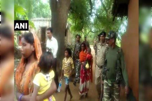 جھارکھنڈ :بھوک سے دم توڑنے والی بچی کی مان پر گاوں والوں نے ڈھایا ستم ، پولیس نے دی سیکورٹی