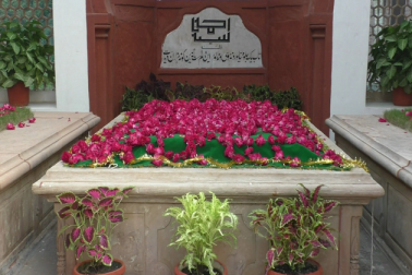 سرسید ڈے پر علی گڑھ مسلم یونیورسٹی میںقرآن خوانی اور مزار سر سید پر چادر پوشی