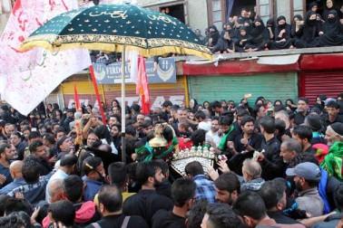 وسطی کشمیر کے شیعہ اکثریتی قصبہ بڈگام سے موصولہ ایک رپورٹ کے مطابق قصبے میں تاریخی ماتمی جلوس میرگنڈ سے برآمد ہوا، جو اپنے روایتی ڈی سی آفس روڑ سے ہوتے ہوئے اتوار کی رات دیر گئے بڈگام میں اختتام پذیر ہوگا۔ اس تاریخی ماتمی جلوس میں شامل عزاداروں کو نوحہ خوانی اور سینہ کوبی کرتے ہوئے دیکھا گیا
