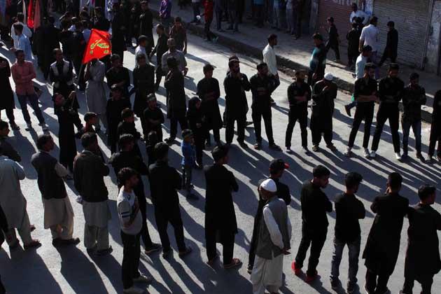 میڈیا رپورٹس کے مطابق کم از کم ایک سو عزادار اتوار کو لال چوک میں واقع تاریخی گھنٹہ گھر کے سامنے نمودار ہوئے اور 'یا حسین یاحسین، یا عباس یاعباس' کی صدا بلند کرتے ہوئے آگے بڑھنے لگے۔ تاہم پولیس کی ایک پارٹی نے موقع پر پہنچ کر عزاداروں پر لاٹھیاں برسانی شروع کردیں۔ پولیس نے آنسو گیس کا ایک شیل داغنے کے بعد کم از کم ایک درجن عزاداروں کو حراست میں لیکر پولیس تھانہ کوٹھی باغ منتقل کیا۔