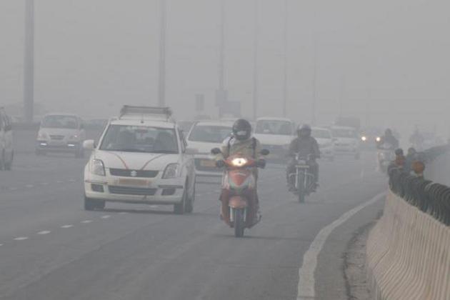 دلی - این سی آر کی آب وہوا ایک بار پھر خراب ہو گئی ہے۔ ہوا کی کیفیت ایک نازک مرحلے تک پہنچ گئی ہے۔ دھند اتنی شدید ہے کہ وزیبلٹی بھی کم ہو گئی ہے اور اوپر سے آلودگی کے مد نظرسانس لینے میں بھی پریشانی ہو رہی ہے۔ (فائل تصویر: گیٹی امیجز)۔