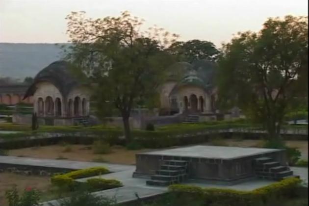 اورنگ آباد کے سیاحتی مراکز مقبرہ اور پن چکی کے بکنگ کاؤنٹر والوں کا کہنا ہے کہ غیر ملکی سیاحوں کی تعداد میں 30 فیصد کمی آئی ہے۔