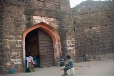 اورنگ آباد میں غار ہائے ایلورہ ، غار ہائے اجنتا، بی بی کا مقبرہ، پن چکی، سنہری محل کے علاوہ بزرگان دین کے مزارات اور دیگر مذہبی مقامات کا ایک سلسلہ ہے، لیکن ان دنوں اورنگ آباد کے سیاحتی مقامات پر ایک طرح کا سناٹا چھایا ہوا ہے۔
