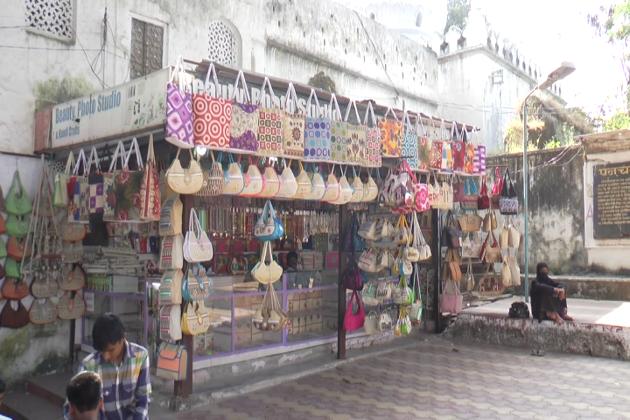 ٹوریزم انڈسٹری سے وابستہ افراد کے مطابق دسمبر تک ایک طرح سے سیزن رہتا ہے ۔ ہوٹلوں اور دکانوں پر سیاحوں کی بھیڑ لگی رہتی تھی، لیکن اب ایسا لگ رہا ہے کہ سیاحوں نے اورنگ آباد سے منہ موڑ لیا ہے۔
