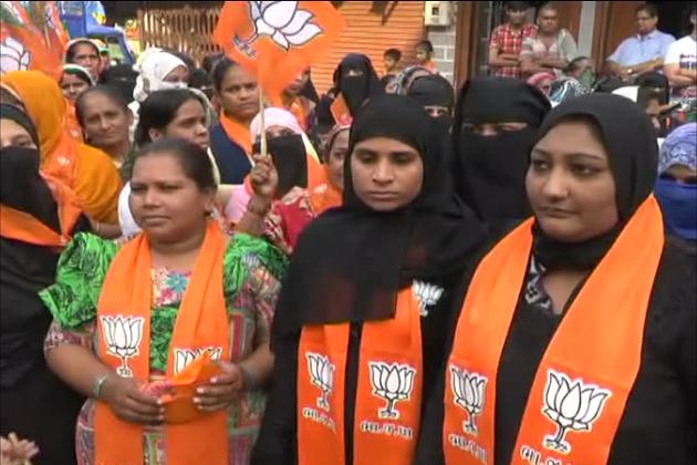 سورت کی لمبايت سیٹ پر 100 سے زیادہ مسلم خواتین گلے میں بی جے پی کا پٹہ اور ہاتھوں میں کمل کا نشان لیے تشہیر کرتی ہوئی نظر آئیں۔