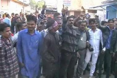 ویڈیو: کانپور میں ووٹروں کا سنگین الزام: بٹن کوئی بھی دباو، ووٹ صرف کمل کو