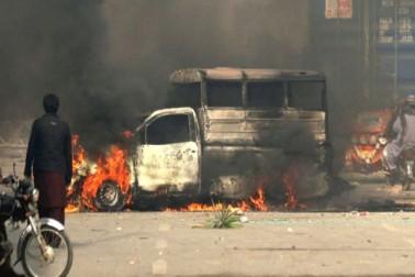 گزشتہ روز سے اب تک مظاہرین اور فورسز کے درمیان کشیدگی کے باعث 250 سے زائد افراد زخمی اور درجنوں گاڑیوں کو نذر آتش کیا جاچکا ہے جب کہ فیض آباد دھرنے کے مقام پر پولیس، ایف سی اور رینجرز اہلکار سیکورٹی کو تعینات کیا گیا ہے۔(تصویر ای پی اے)۔