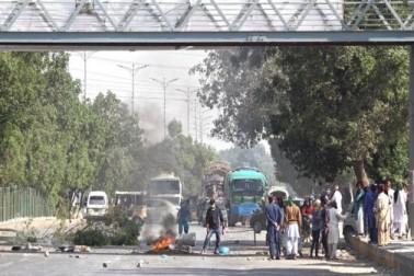 اسلام آباد آپریشن کے خلاف کراچی اور لاہور سمیت پاکستان کے مختلف شہروں میں دھرنے دیے گئے اور احتجاج کا سلسلہ جاری ہے۔ جس کے نتیجے میں کاروبار زندگی متاثر ہوگیا ہے۔ اسلام آباد میں حساس عمارتوں کی حفاظت کے لیے فوج تعینات کی گئی ہے۔فیض آباد میں پولیس کا آپریشن سنیچر کی رات سے معطل ہے اور اس دوران نجی نیوز چینلز کی نشریات بند ہیں اور فیس بک، ٹوئٹر اور یوٹیوب کو بلاک کر دیا گیا ہے۔(تصویر ای پی اے)۔