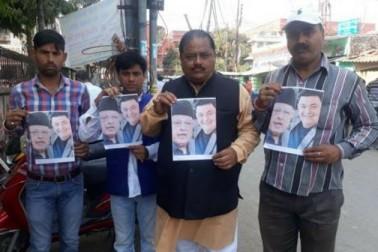 وارانسی میں پوسٹر جاری کرکے فاروق عبداللہ اور رشی کو کپور کو بتایا گیا غدار، کورٹ میں بھی عرضی داخل