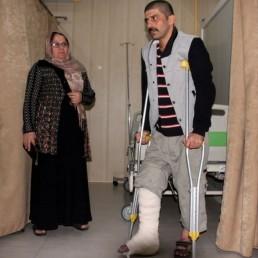 زلزلہ کی وجہ سے عراق کی سرحد سے 15 کلومیٹر دور كرمان شاه صوبے کے شرپول جهاب شہر میں 142 سے زیادہ لوگ ہلاک ہوئے ہیں۔(تصویر : اے ایف پی )۔