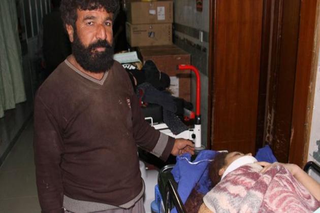 ایمرجنسی سروسز کے افسر پير حسین كوليوند نے بتایا کہ زلزلہ کی وجہ سے صوبے کے اہم اسپتال کو بھاری نقصان پہنچا ہے لہذا زخمیوں کا علاج وہاں نہیں ہو پارہاہے۔ (تصویر : اے ایف پی )۔