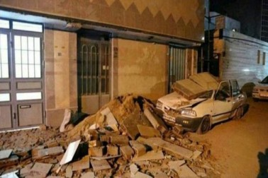 ایک مقامی ریڈ کریسنٹ کے افسر نے میڈیا سے کہا کہ زلزلہ کے بعد آنے والے جھٹکوں(آفٹر شاک) کی وجہ كرمان شاه صوبے کے شہروں میں لوگ سڑکوں پر رہ رہے ہیں۔ (تصویر : النا)۔