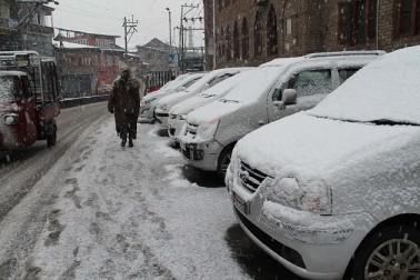 پیر کی گلی اور دوسرے مقامات پر درمیانہ سے بھاری درجے کی برف باری کے بعد اس روڑ کو پیر کے روز گاڑیوں کی آمدورفت کے لئے بند کیا گیا تھا'۔ شدید برف باری کے باعث شمالی کشمیر کے بیشتر بالائی علاقوں کا اپنے ضلعی اور تحصیل ہیدکوارٹروں سے رابطہ منقطع ہوکر رہ گیا ہے۔