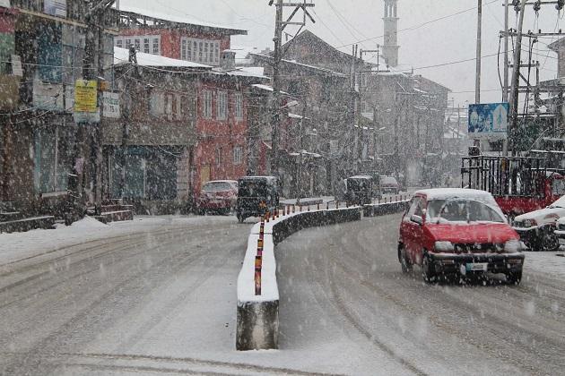 وہیں، شمالی کشمیر میں گذشتہ 24 گھنٹوں کے دوران 3 فوجی اہلکار برف کا تودہ گرنے جبکہ 2 دیگر پہاڑی سے پھسلنے کے باعث لاپتہ ہوگئے ہیں۔ اس دوران ضلع بانڈی پورہ کے سرحدی قصبہ گریز میں ایک آرمی پورٹر پہاڑی سے پھسلنے کے باعث جاں بحق ہوگیا۔