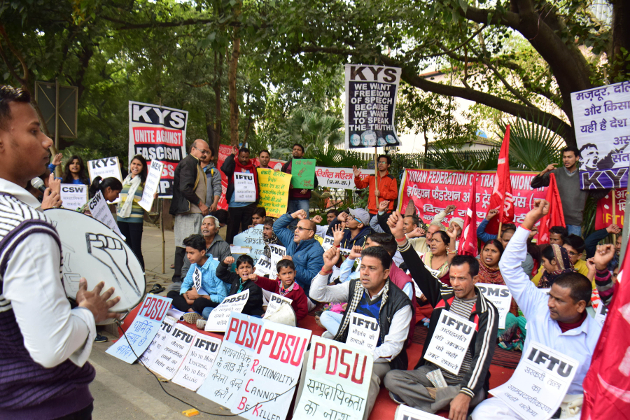 قومی راجدھانی دہلی میں بھی سینکڑوں افراد نے بابری مسجد کی 25 ویں برسی کے موقع پر احتجاج کیا۔