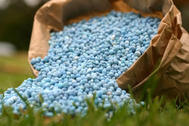 کسانوں کیلئے ایک اہم تبدیلی کی جارہی ہے ۔ کھاد پر ملنے والی سبسڈی اب ڈائریکٹ کسانوں کے کھاتے میں جمع ہوں گی ۔ یکم جنوری سے اس اسکیم کو ملک بھر میں نافذ کیا جائے گا ۔ کھاد لینے کیلئے کسانوں کو آدھار کارڈ بھی دکھانا ہوگا۔ ( ساری تصاویر علامتی ہیں)۔